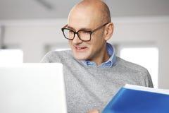 Direktor, der an Geschäftsbericht arbeitet Lizenzfreie Stockbilder