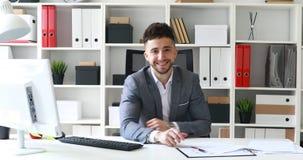 Direktor, der im weißen Büro, im Lächeln und in Leitinterview stationiert stock video