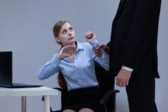 Direktor, der seinen Angestellten einschüchtert Stockfotografie
