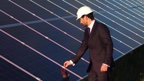 Direktor der Solarenergiestation clampings von Sonnenkollektoren überprüfend stock video