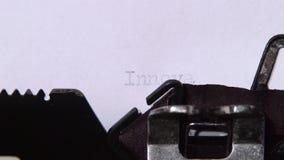 Direktor des Unternehmens schreibt das Wort der Innovation auf eine Schreibmaschine Clos oben stock video footage