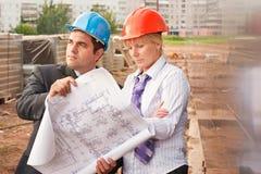 Direktor mit Untergebenem auf Baustelle Lizenzfreie Stockbilder