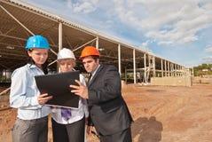 Direktor mit Untergebenen auf Baustelle Lizenzfreie Stockbilder