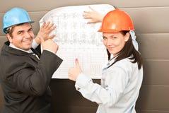 Direktor mit Untergebenen auf Baustelle Lizenzfreie Stockfotos