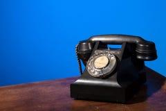 GPO 332 Weinlesetelefon auf Blau Stockbild