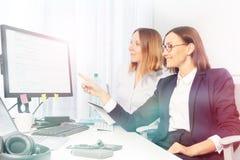 Direktor und Assistent, die Arbeitssachen beraten über lizenzfreies stockfoto