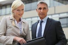 Direktor und Sekretär draußen Lizenzfreie Stockfotos