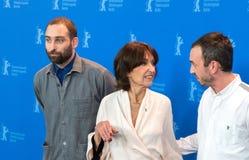 Direktoren Mans Mansson und Axel Petersen werfen mit Schauspielerin Leonore Ekstrand auf lizenzfreie stockbilder