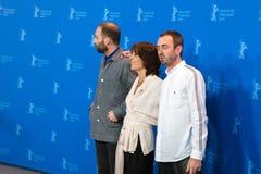 Direktoren Mans Mansson und Axel Petersen werfen mit Schauspielerin Leonore Ekstrand auf stockfotografie
