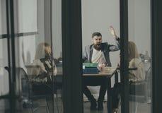 Direktornruf an Sekretär im Büro Direktor und Geschäftsfrau besprechen Firmenbudget, Einsparungen und Mitteilungsblattkonzept stockfoto