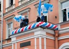 Direktören gratulerar skolastudenter på början av studieåret på September 1, 2011 i St Petersburg, Ryssland. Fotografering för Bildbyråer