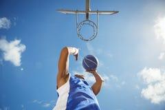 Diretamente abaixo do tiro do jogador de basquetebol que toma um tiro foto de stock royalty free
