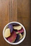 Diretamente acima do tiro da batata Chips In Bowl On Table com área da cópia Imagem de Stock