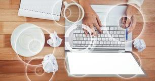 Diretamente acima do tiro das mãos colhidas usando o portátil com café e diário ilustração royalty free
