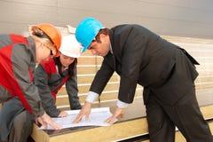Diretor com os subordinados no canteiro de obras Foto de Stock Royalty Free
