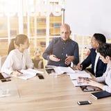 Diretor de marketing que faz uma proposição a sua equipe nova da produção Imagem de Stock