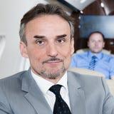 Diretor empresarial executivo em um retrato do avião Fotografia de Stock Royalty Free