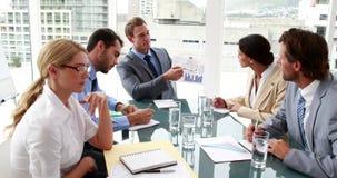 Diretor empresarial que mostra seus dados do pessoal em uma reunião vídeos de arquivo
