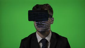 Diretor empresarial surpreendido do homem que experimenta os vidros dos óculos de proteção da realidade virtual de VR que leem o  filme
