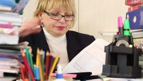 Diretor Financeiro da mulher com papéis comerciais vídeos de arquivo