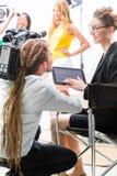 Diretor que dá o sentido do operador cinematográfico para a produção video Fotografia de Stock