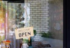 Diretto di legno del segno aperto vasto il vetro della finestra alla caffetteria immagine stock libera da diritti