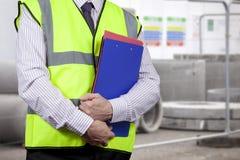 Direttore dei lavori in lavagna per appunti di trasporto di alta visibilità sul sito Fotografie Stock