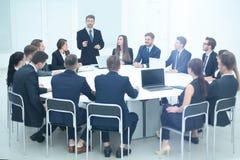 Direttore della società che discute i problemi del lavoro alla riunione immagine stock