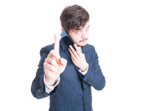 Direttore di marketing che parla all'attesa di rappresentazione del telefono un secondo gesto Immagine Stock Libera da Diritti