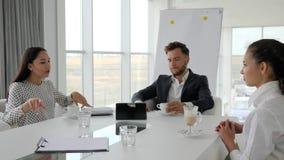 Direttore e gli impiegati alla rottura, pausa caffè in ufficio, gente di affari bevono il caffè alla tavola, gruppo creativo stock footage