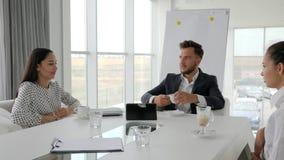 Direttore e gli impiegati femminili alla rottura, pausa caffè in ufficio, gente di affari bevono il caffè alla tavola, gruppo cre video d archivio