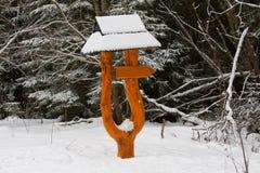 Direzione in bianco segnale dentro l'inverno Fotografia Stock