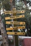 Direzione di legno segnale dentro la foresta del parco nazionale Immagine Stock Libera da Diritti
