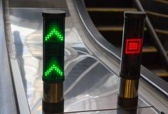 Direzione segnale dentro la scala mobile del sottopassaggio Fotografia Stock Libera da Diritti