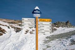 Direzione segnale dentro le alpi svizzere Fotografia Stock