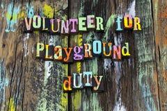 Direzione volontaria di aiuto di dovere del campo da giuoco della scuola caritatevole fotografia stock