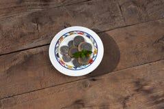 dirham marocain dans un petit assiette sur un fond de wodden Argent marocain image stock