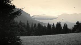Dirigível do zepelim na paisagem com montes de madeira, stylization retro preto e branco, filme velho filme