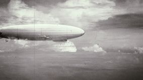Dirigível enorme legendário do zepelim no céu Stylization retro preto e branco, filme velho ilustração do vetor