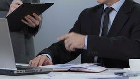 Diriga dare istruzioni, la lista delle indicazioni, pianificazione di scrittura di segretario del progetto video d archivio