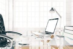 Diriga il desktop con il computer portatile e la tazza di caffè in bianco, derisione su, 3D con riferimento a Fotografia Stock Libera da Diritti