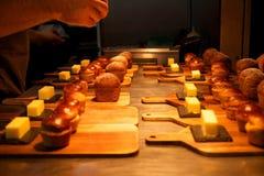 Diriga il pane fatto ed il burro circa da servire in un ristorante Fotografia Stock