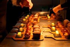 Diriga il pane fatto ed il burro circa da servire in un ristorante Immagine Stock Libera da Diritti