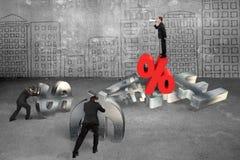 Diriga l'urlo agli impiegati che spingono il simbolo di valuta con percentag Immagini Stock Libere da Diritti