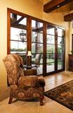 Diriga la stanza di famiglia con i grandi portelli al patio Fotografia Stock