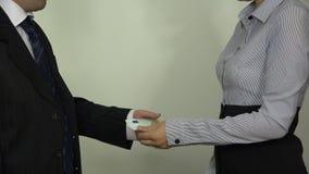 Diriga le euro banconote del denaro contante di paga per la donna e la stretta di mano 4K archivi video