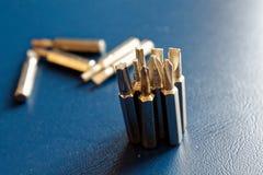 Diriga verso i pezzi di cacciavite su fondo blu, giro-vite della raccolta degli strumenti Fotografia Stock Libera da Diritti