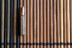 Diriga verso i pezzi di cacciavite su fondo di legno, giro-vite della raccolta degli strumenti Fotografia Stock