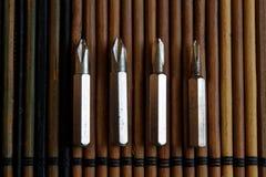 Diriga verso i pezzi di cacciavite su fondo di legno, giro-vite della raccolta degli strumenti Immagine Stock