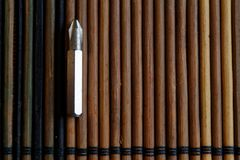 Diriga verso i pezzi di cacciavite su fondo di legno, giro-vite della raccolta degli strumenti Fotografia Stock Libera da Diritti